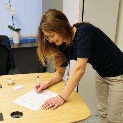 Евродепутатът Цветелина Пенкова подписва документ в подкрепа на инициативите свързани с деменцията.